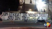 """Noaptea în care fanii au spus NU operaţiunii """"Rapid pentru Partid"""": """"Un strigăt din vechea Troie, nu din Teleorman!"""" / """"Vrem Rapidul înapoi, dar n-o să ne mânjim şi noi!"""". Suporterii de la T2 au protestat în faţa Primăriei Sectorului 1"""
