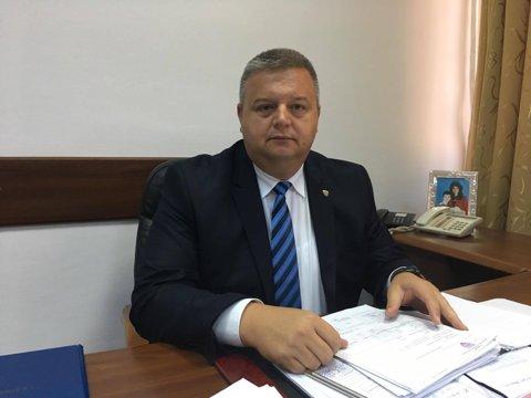 Nu contează cine votează, contează cine numără. Colonelul Petrea, comandant la Steaua, a fost ales vicepreşedinte al Asociaţiei Municipale de Fotbal Bucureşti cu 16 voturi pentru şi peste 50 de abţineri. Scrutinul s-a repetat până a ieşit cum era planificat