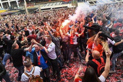 VIDEO Imagini fabuloase la Rotterdam! Străzile oraşului au fost inundate de fanii lui Feyenoord după câştigarea unui titlu aşteptat 18 ani!