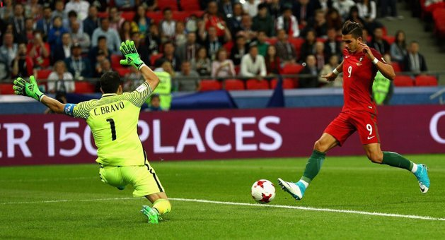 Shall not pass through here! Claudio Bravo leads the Chile in the final of the Confederations Cup, after three penalty kicks defended. The first match in history in which they were allowed four changes