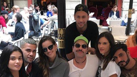 """Super-modelul de la Victoria's Secret s-a dezbrăcat de secrete: """"Cu Neymar m-aş mărita, iar pe Cristiano Ronaldo l-aş săruta!"""""""