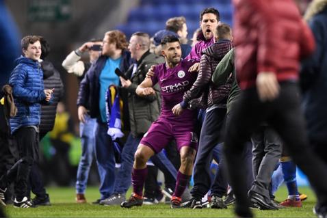 Will Grigg's on fire! Manchester City a fost eliminată din FA Cup de Wigan, iar totul a degenerat la finalul partidei. Kun Aguero a scăpat de sub control şi a lovit un fan | VIDEO