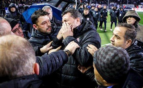 LIVE BLOG   PAOK - Olympiakos, derby cu mari probleme! Oaspeţii au ieşit de pe teren după ce antrenorul a fost lovit cu un obiect lansat din tribună, echipa lui Lucescu ar putea pierde cu 3-0 la masa verde. VIDEO: Război în toată regula pe străzile din Salonic!