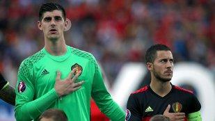 """Un fost selecţioner face acuzaţii incredibile! Avea """"sifonari"""" în vestiar. """"Mă gândeam că un jucător şi-a vândut naţionala, dar a fost tatăl lui"""". Replica omului acuzat că şi-a """"săpat"""" ţara la EURO 2016"""