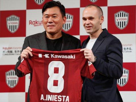 FOTO | Iniesta a semnat contractul în Japonia! Primele declaraţii în tricoul lui Vissel Kobe