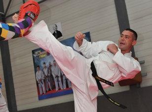 Puci la Federaţia Română de Karate? Preşedintele Băroiu a fost ameninţat cu demiterea