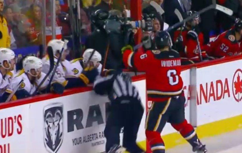 Nu e mâna lui Ganea în gâtul lui Mudura, e mai dureros. Un jucător din NHL riscă suspendarea după ce a întins un arbitru pe gheaţă