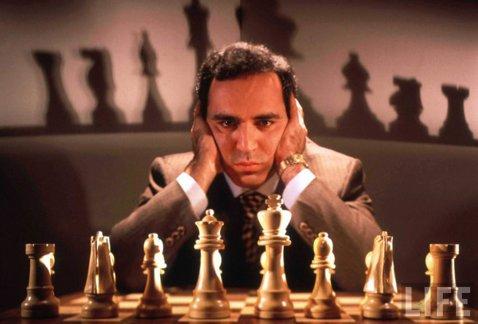 Legendarul Gary Kasparov a cedat primul meci de la revenirea în activitate. Cine l-a învins pe şahistul care a dominat sportul cu tabla de 64 de pătrăţele