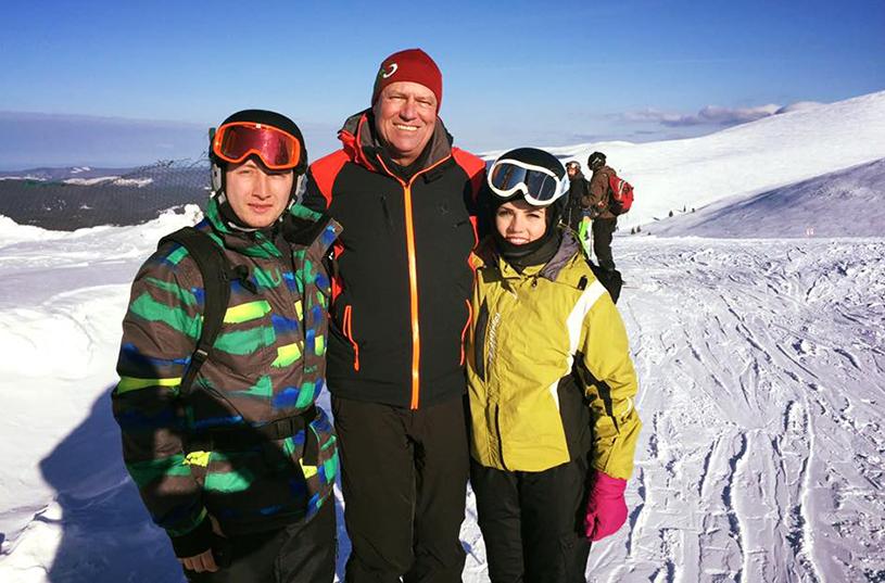 """Klaus Iohannis a schiat în Munţii Şureanu. Protestatari: """"Iohannis schiază, Alba protestează"""""""