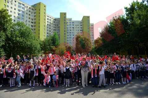 """FOTO Dinamoviştii au mers în vizită la Şcoala Nr. 51: """"Când te susţin atâţia copii, treci mai uşor peste momentele mai puţin plăcute din timpul campionatului"""""""