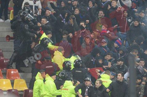 FOTO | Steliştii au vrut să ajungă la fanii lui Dinamo. Forţele de ordine i-au blocat la timp