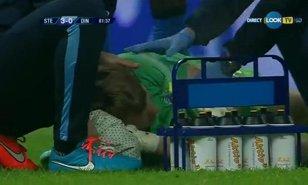VIDEO INCREDIBIL | Arlauskis nu a stat întins pe gazon numai din cauza petardelor. Ce i-au făcut de fapt fanii lui Dinamo