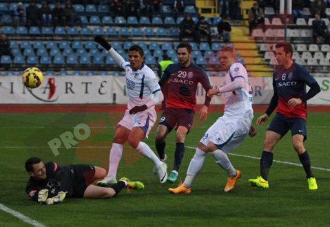 Pandurii - FC Botoşani 1-2. Arbitrul Cojocaru a dictat iniţial penalty pentru gazde în minutul 37, dar s-a răzgândit după ce s-a sfătuit cu asistenţii