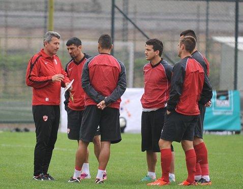 """Mulţescu, primele săgeţi către Dănciulescu: """"Nu e încă antrenor. De-aia are lumea răbdare cu el"""""""