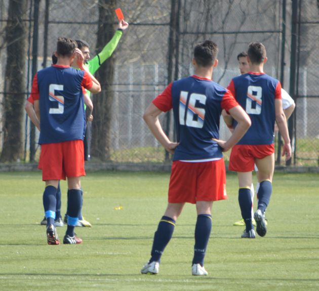 Momentul eliminării celor doi fundași dreapta, Petruț Vlad de la Steaua și Mihai Zamfir de la Dinamo. Foto Mihai Andrieș