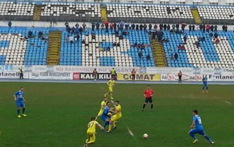 """Farul - Steaua 1-2. Gâlcă nu s-a putut baza pe 9 jucători, dar Bourceanu nu a prins primul """"11"""". Fanii nu se identifică deloc cu FCSB: """"Vrem Steaua adevărată, nu o clonă inventată"""""""
