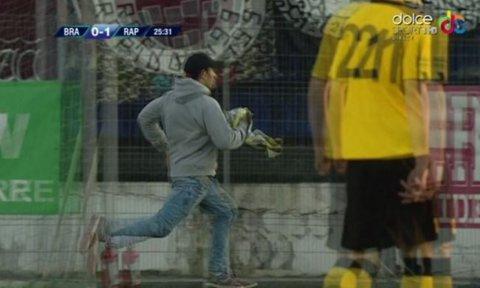 Un suporter a intrat pe teren la meciul FC Braşov - Rapid