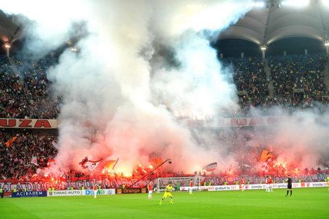 GALERIE FOTO | Dinamoviştii n-au mai avut coregrafie la derby, dar au făcut spectacol cu torţe şi fumigene. Derby-ul a început cu 5 minute întârziere