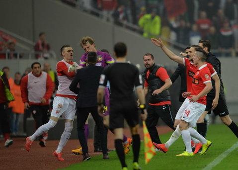 FOTO | Atacat cu torţe de galeria dinamovistă, Arlauskis a ieşit de pe teren. Cristi Balaj a întrerupt derby-ul pentru mai bine de 15 minute