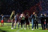TERENUL DURERII | FOTO Confetti pentru fotbaliştii cu capul plecat. Atmosferă ciudată la Târgu Mureş: artificii pentru locul 2