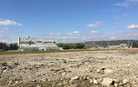 http://storage0.dms.mpinteractiv.ro/media/401/581/7946/15041031/2/stadion.jpg