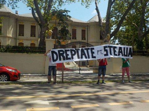 """FOTO   Protest în tot Bucureştiul. Fanii Stelei au afişat bannere şi în faţa porţii lui Gigi Becali: """"Dreptate pentru Steaua"""""""