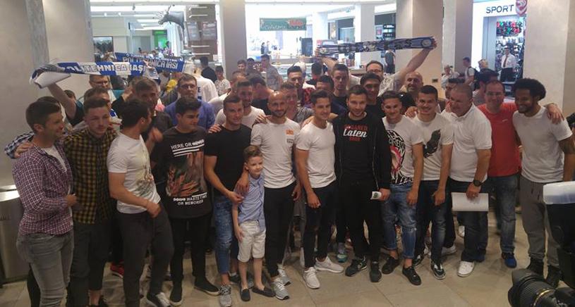 Fotbaliştii de la CSM Poli au împărţit bilete gratuite fanilor şi au cântat alături de suporteri la Mall