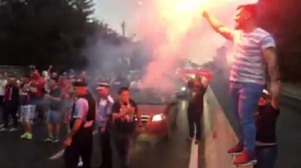A început sezonul, au revenit ultraşii! VIDEO | Fanii lui Dinamo au creat o atmosferă senzaţională pe drumul spre Ploieşti şi au blocat o bandă pe DN 1