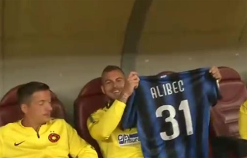 FOTO | Un copil l-a adus pe Denis Alibec în culmea fericirii. Ce cadou a primit atacantul lui FCSB