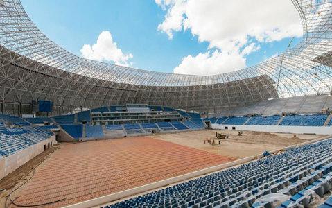 Se montează suprafaţa de joc pe noua arenă a Craiovei. În trei zile va fi gata şi va fi mai performantă decât cea de pe Arena Naţională. IMAGINI SPECTACULOASE