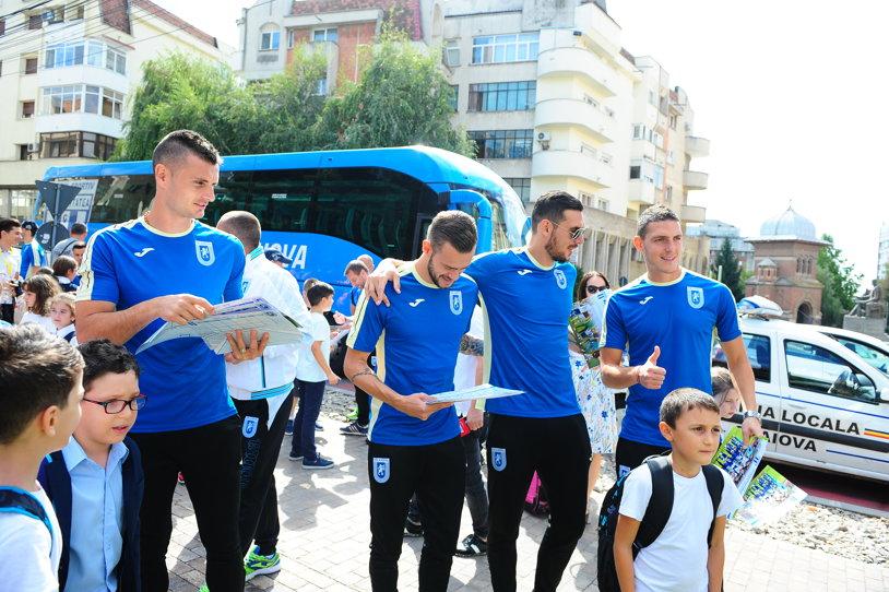 """""""Vrem să bateţi Dinamo!"""". Fotbaliştii de la CS U Craiova, în mijlocul elevilor cu ocazia deschiderii noului an şcolar! Galerie FOTO cu Băluţă & Co"""