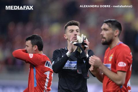 FOTO | Un fan dinamovist a intrat pe gazon după finalul derby-ului Dinamo - FCSB şi s-a îndreptat fix spre Vlad! Ce a urmat