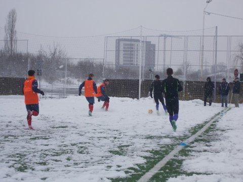 4-4, ca la teatru! ACS Poli a făcut egal într-un amical cu o echipă de Liga a III-a, pe un teren acoperit de zăpadă. Ce a spus Leo Grozavu