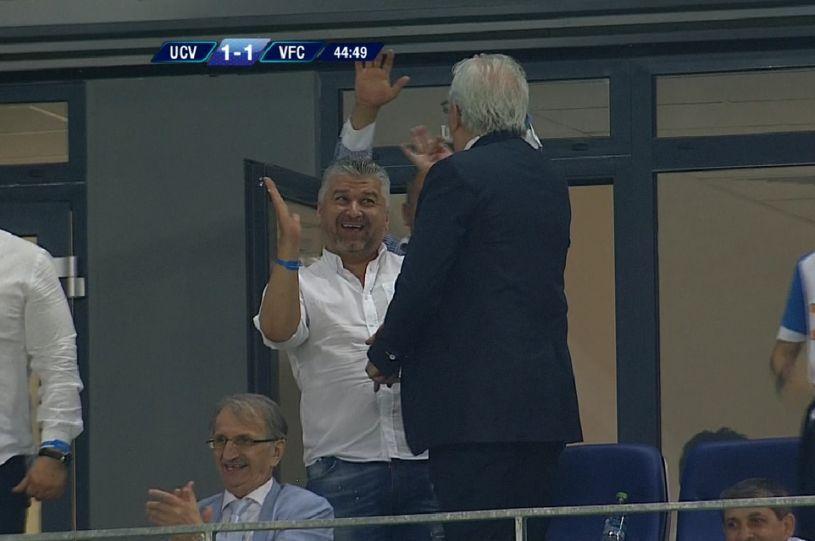 """Preşedintele lui CS U Craiova, Marcel Popescu, explicaţie halucinantă după ce a făcut gesturi obscene în timpul meciului cu Viitorul: """"E absolut normal să fac astfel de semne, atât timp cât cei cărora le sunt adresate nu se simt lezaţi şi jigniţi"""""""