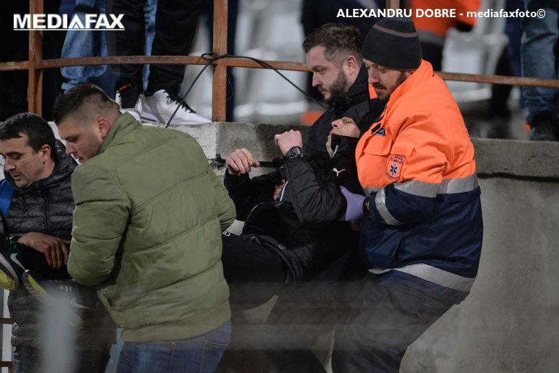 FOTO | Comportament grobian al ultraşilor lui Dinamo la meciul cu Juventus. Elias Bucurică a bruscat un cameraman, după ce fanii au stricat momentul de reculegere ţinut în memoria lui Cristian Ţopescu. Explicaţiile celui agresat