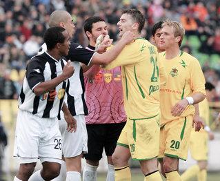 Jovanovic si Bukvic (în galben) au fost actorii principali în încăierarea de la finalul partidei
