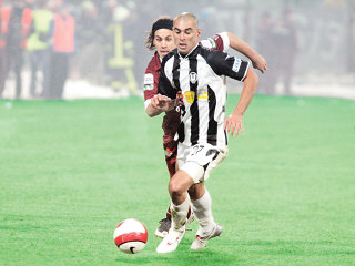 """Brazilianul Bilica (în alb-negru) nu se sperie de tactica defensivă a lui """"Sorinaccio"""""""