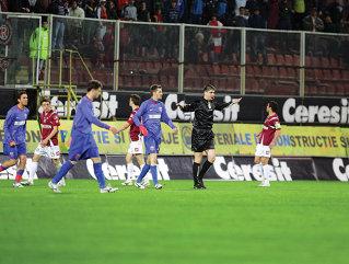 Deaconu a fluierat finalul meciului în minutul 74, stârnind protestele vehemente ale rapidiştilor