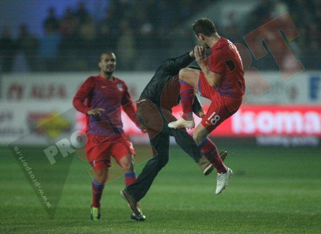 FOTO & VIDEO Momente INCREDIBILE! Galamaz, făcut KO de un suporter! Steliştii s-au răzbunat şi l-au bătut pe gazon! Martinovic şi Stanca, eliminaţi! Meciul a fost suspendat
