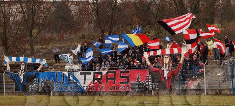 FOTO | Unic în România. Galeriile echipelor FC Hunedoara şi UTA au stat alături în peluză, au făcut coregrafie comună, dar şi-au încurajat separat favoriţii în meciul direct