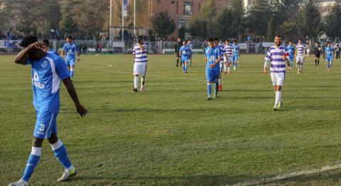 Are 20 de ani şi s-a săturat deja de haosul din fotbalul românesc. Echipa i se desfiinţează în această iarnă, iar el a luat decizia să se facă hair-stylist