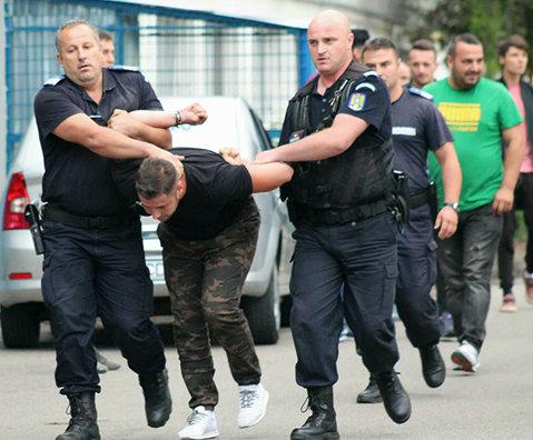Huligan reţinut de jandarmi după ce a aruncat cu ceasul într-un jucător. Şi oficialii echipelor din Buzău şi Slobozia au fost calmaţi tot de jandarmi