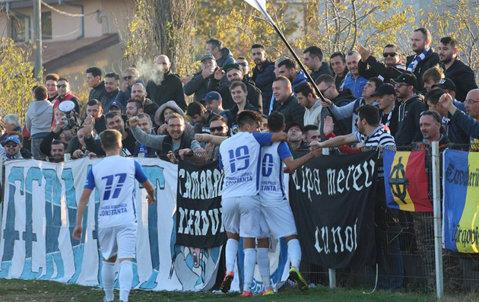"""Petrolul încheie turul pe locul 1, Farul pe 2 în seria sa. """"U"""" Cluj s-a distanţat în Seria a 5-a, iar Reşiţa a câştigat derby-ul cu Craiova II. Rezultatele şi marcatorii etapei a 13-a a Ligii 3"""