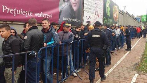 FOTO | Sute de oameni stau la rând s-o vadă pe Steaua în Cupa României. Sucevenii s-au aşezat la coadă cu cinci ore înainte de deschiderea caselor de bilete