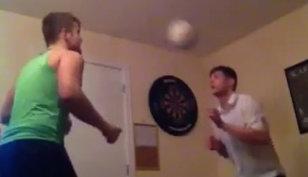 VIDEO | 300 de lovituri cu capul... într-o cameră. Viralul realizat de doi irlandezi