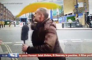 VIDEO COMEDIE | Reporterul italian n-a mai rezistat la şicanele fanului lui Chelsea şi a luat problema în mâini, în direct şi în exclusivitate :)