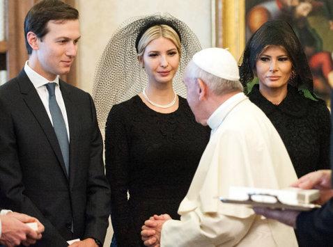 """FOTO   Fata lui Donald Trump a călcat pe bec în timpul vizitei din """"Cizmă"""". A confundat un jucător emblematic de la Lazio cu..."""