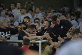 VIDEO INCREDIBIL | Români până la echipa favorită! Fanii tricolorilor s-au bătut între ei la Budapesta! Scene bizare între Peluza Sud Steaua şi fanii lui Dinamo