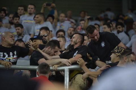 VIDEO INCREDIBIL   Români până la echipa favorită! Fanii tricolorilor s-au bătut între ei la Budapesta! Scene bizare între Peluza Sud Steaua şi fanii lui Dinamo