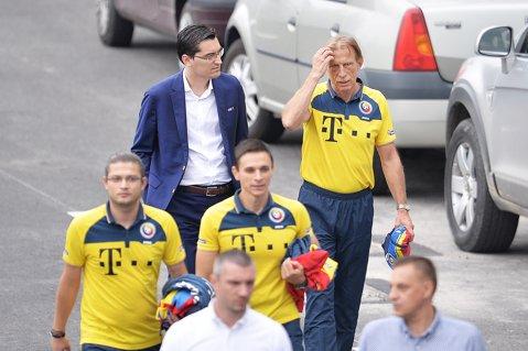 """Surse: Burleanu şi Daum discută zilele următoare rezilierea amiabilă a contractului pe care-l are germanul. Atmosfera la naţională este tensionată: """"Jucătorii nu-l mai respectă deloc"""""""